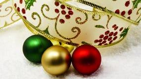 Ruban et ornements de Holly Christmas Photographie stock libre de droits