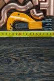 Ruban métrique en laiton de ciseaux de tuyau de conduites d'eau image stock
