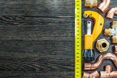 Ruban métrique en laiton de coupeur de tuyau de conduites d'eau Photographie stock