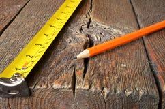 Ruban métrique et crayons Image stock