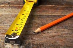 Ruban métrique et crayons Photographie stock