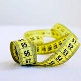 Ruban métrique métrique sur le fond blanc Photo stock