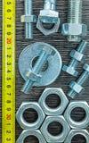 Ruban métrique nuts de joint inoxydable de boulon sur le conseil en bois Image stock