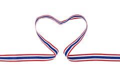 Ruban national thaïlandais de couleur dans la forme de coeur d'isolement sur le fond blanc Photos stock