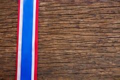 Ruban rayé disposé sur la table en bois Images libres de droits