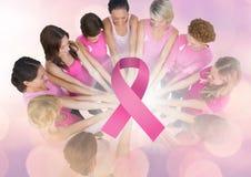 Ruban rose avec des femmes de conscience de cancer du sein remontant des mains Images stock