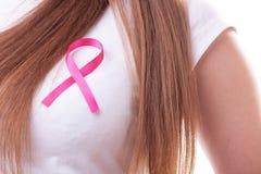 Ruban rose sur le coffre de femme pour soutenir la cause de cancer du sein image libre de droits