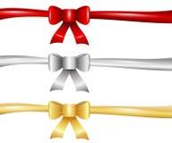 Ruban rouge d'arc d'argent d'or de Noël d'isolement Image libre de droits