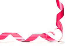 Ruban rouge de coeur d'isolement sur le fond blanc Images libres de droits