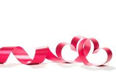 Ruban rouge de coeur d'isolement sur le fond blanc Photos libres de droits