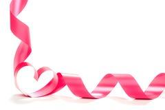 Ruban rouge de coeur d'isolement sur le fond blanc Photographie stock libre de droits