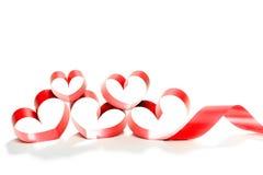 Ruban rouge de coeur d'isolement sur le fond blanc Photographie stock