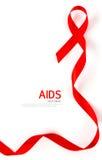 Ruban rouge de coeur de conscience de SIDA d'isolement sur le blanc Photographie stock libre de droits
