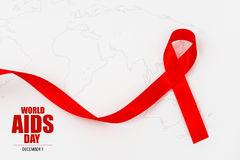 Ruban rouge de coeur de conscience de SIDA sur la carte du monde Photographie stock libre de droits