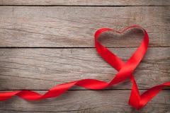 Ruban rouge en forme de coeur de jour de valentines Photographie stock