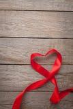 Ruban rouge en forme de coeur de jour de valentines Photo stock
