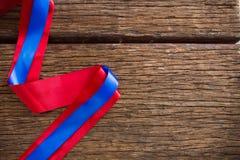 Ruban rouge et bleu sur la table en bois Photos libres de droits