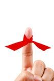 Ruban rouge sur le doigt image libre de droits