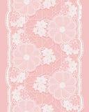 Ruban sans couture blanc de dentelle sur le fond rose Frontière verticale des éléments floraux Image libre de droits