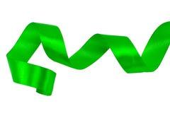 Ruban vert de satin d'isolement sur le fond blanc avec couper la PA Photos stock