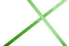 Ruban vert de satin sur un fond coloré image libre de droits