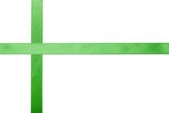 Ruban vert de satin sur un fond coloré images stock