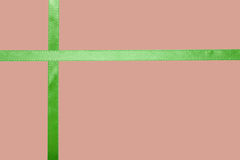 Ruban vert de satin sur un fond coloré photos stock