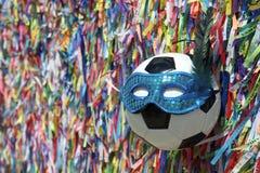 Rubans brésiliens de souhait de masque de carnaval du football photos stock