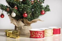 Rubans, colis et détail d'un arbre de Noël décoré Photographie stock libre de droits