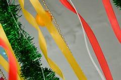 Rubans colorés pour la mémoire, flottant dans le vent, fond photos stock