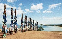 Rubans colorés vifs Hadak attaché sur des poteaux de souhait, piliers rituels en bois, Baikal, Russie photographie stock libre de droits