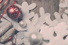 Rubans de boule de Noël rouge et blanc sur le fond en bois près du pin de flocon de neige Invitation d'an neuf Vue Vue supérieure Photo libre de droits