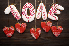 Rubans de pains d'épice pour le jour de valentines sur le fond en bois Image libre de droits