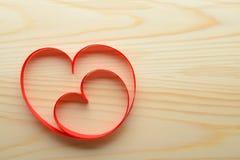 Rubans en forme de coeur sur la table Photographie stock libre de droits