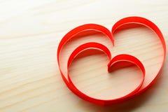 Rubans en forme de coeur sur la table Photographie stock