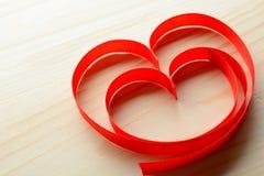 Rubans en forme de coeur sur la table Photos libres de droits