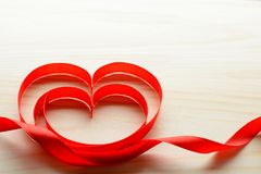Rubans en forme de coeur sur la table Photo stock
