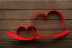 Rubans en forme de coeur sur la table Image stock