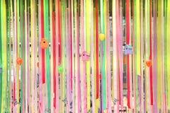 Rubans multicolores de décor de mur de Pâques Images libres de droits