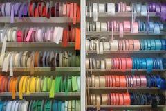 Rubans multicolores pour coudre sur l'étagère Photos stock