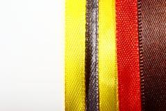 Rubans multicolores sur le fond blanc photo libre de droits