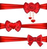 Rubans rouges réglés d'arcs de cadeau avec rose et le coeur, d'isolement sur le blanc Image stock