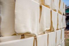 Rubber arkproduktion, process till med sol- uttorkning Arkivfoto