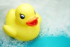 Rubber ducky in bad-tijd Stock Afbeeldingen