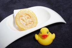 Rubber ducky, zeep en handdoek Royalty-vrije Stock Foto