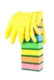 Rubber handschoenen op gestapelde keukensponsen royalty-vrije stock foto