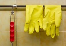 Rubber handskar och rött behandlat hjälpmedel Royaltyfria Foton