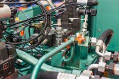 Rubber hydraulische die slangen, met industrieel materiaal worden verbonden stock foto