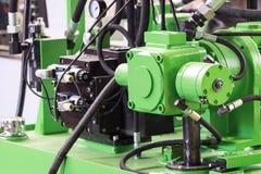 Rubber hydrauliska slangar, förbindelse till industriell utrustning Royaltyfri Bild