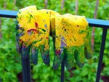 Rubber målninghandskar Arkivfoto